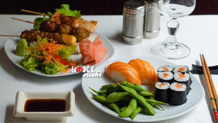 <b>B01</b>  Soupe,salade,riz |3 brochettes (poulet, boulettes et bœuf fromage), 2 sushi saumon, 6 maki saumon, salade tomates  , concombre, carottes. Servi avec du riz |   <b>17,80 €</b>